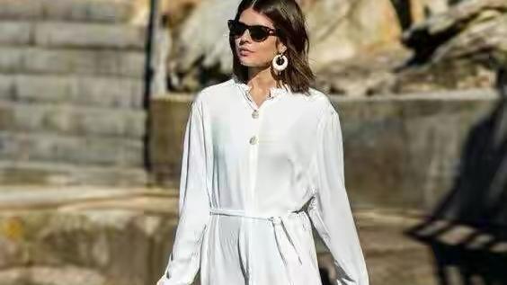 张家辉夫妇同框太般配,妻子衬衫裙配打底裤素颜好美,不像大3岁