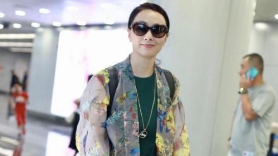 陶虹从不赶潮流,穿古风开衫配连衣裙,穿出了49岁女人最美的样子