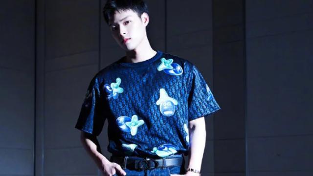 董又霖最新Dior大片,藏蓝印花T恤显高级,清爽帅气有范儿