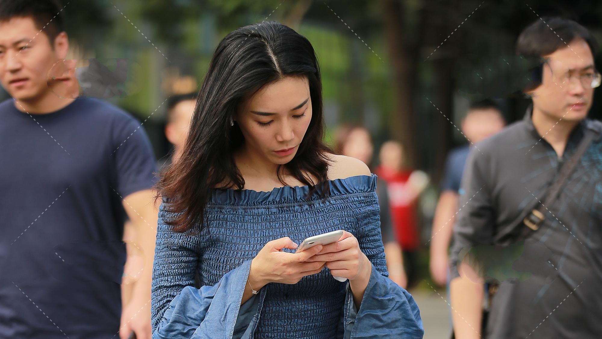 蓝色花边一字肩开阔袖上衣和白色破洞牛仔裤,色彩鲜明的清凉夏装