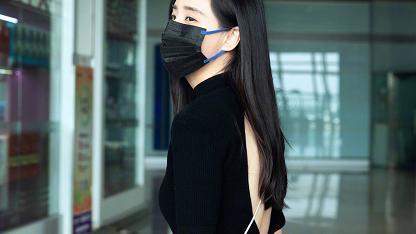 王智穿紧身黑裙现身机场,别看前面设计很保守,后面却很奔放