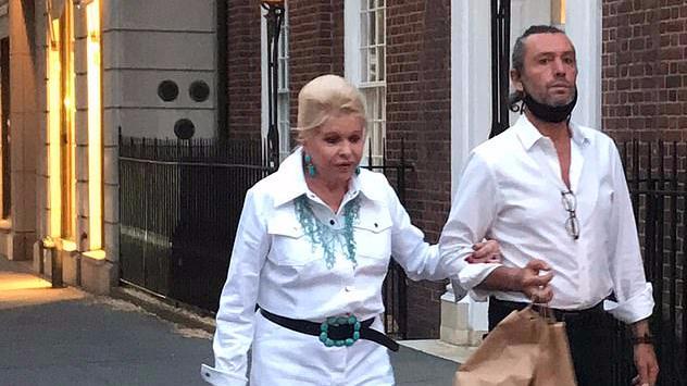 特朗普原配难得撇下小男友!穿镂空蕾丝衫和闺蜜嗨皮,依然富婆范