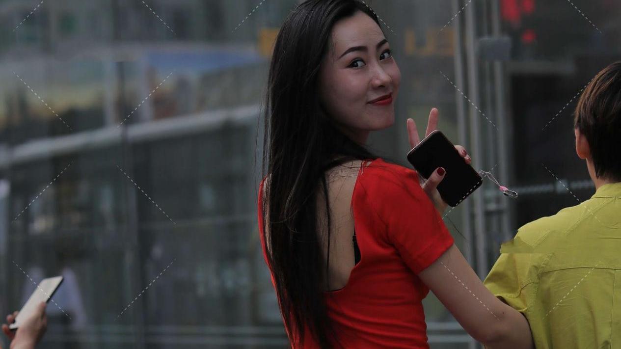红色圆领连衣裙,端庄大气,精致时尚,更显气质出众