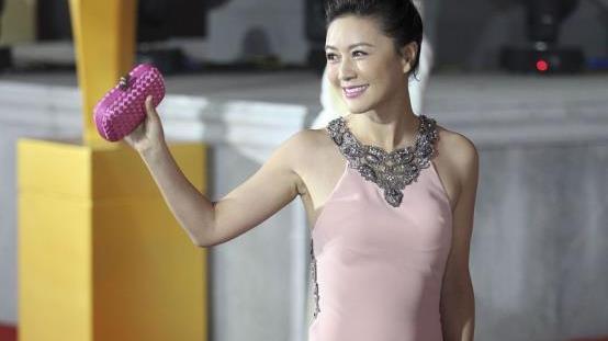 田海蓉的时尚让人难理解,身子前面挡着两个花,感觉真是与众不同