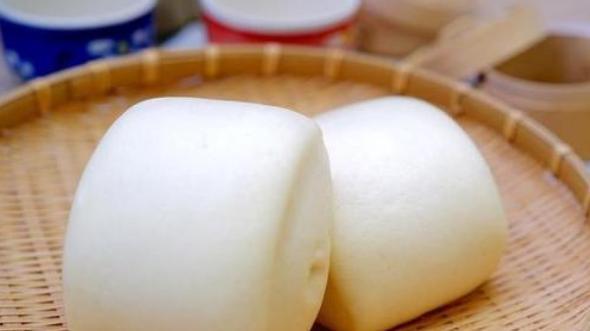 """农村外婆发面不用酵母粉,换成一碗""""酒"""",发酵快,馒头松软香甜"""