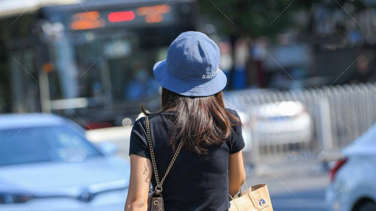 棉质黑色T恤搭配水墨蓝九分裤,稳重大方,休闲风格中展示出成熟