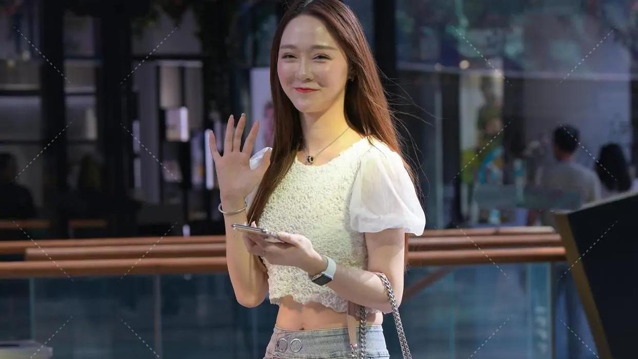 白色雪纺衫搭配浅色牛仔裤穿出醒目感,适合皮肤白皙的女孩!