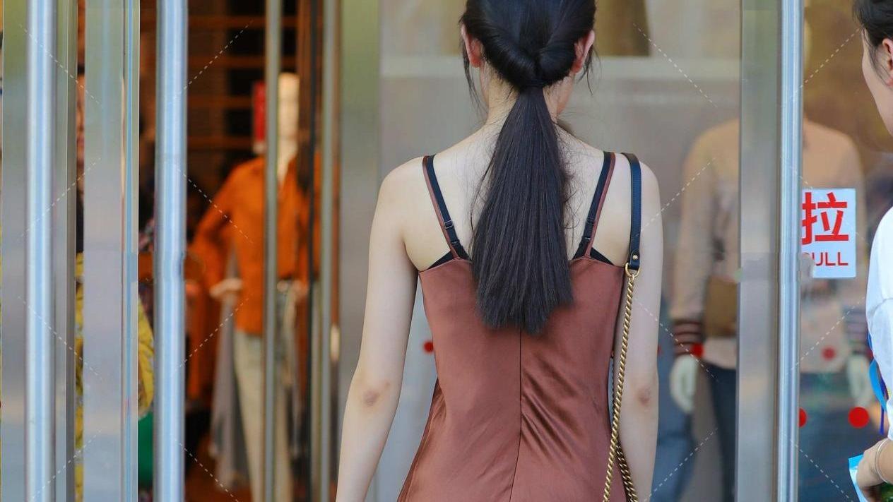 棕褐色真丝连衣裙,时髦又洋气,这些连衣裙挑选小技巧,你知道吗
