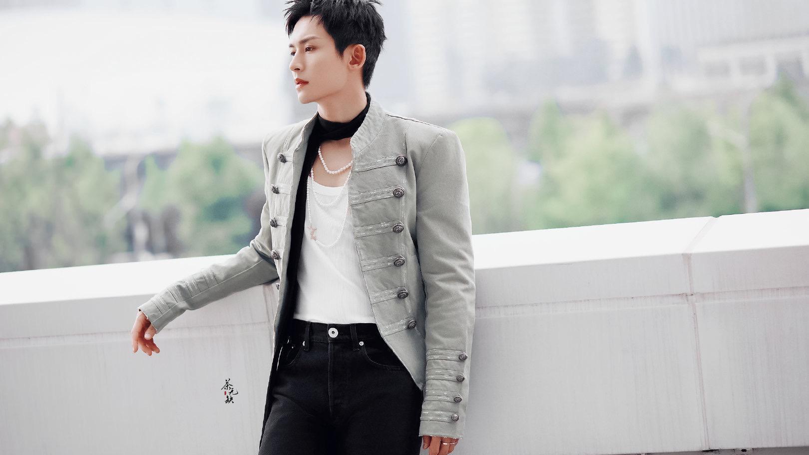 张哲瀚这次好潮,白色紧身背心配奶灰色夹克,脖子上的黑丝带好时尚