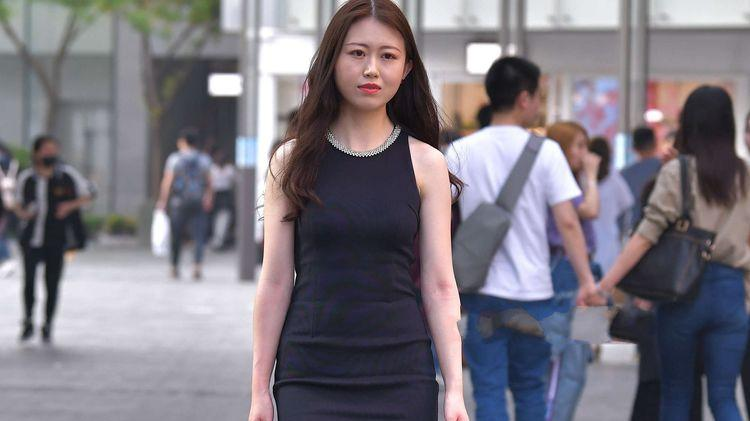 黑色修身款连衣裙搭红色手提包,大方精致,凸显时尚丽人感
