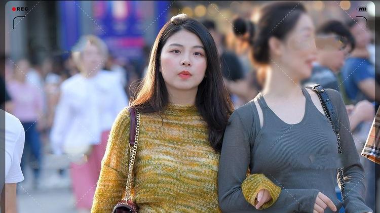 暖黄色针织镂空毛衣搭配褶皱a字短裤,青春靓丽,活泼可人