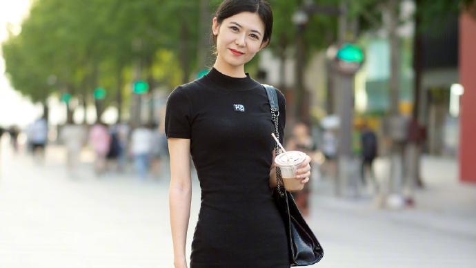 夏日时尚街拍造型分享:裙子+短靴的6种穿搭思路,优雅又显高