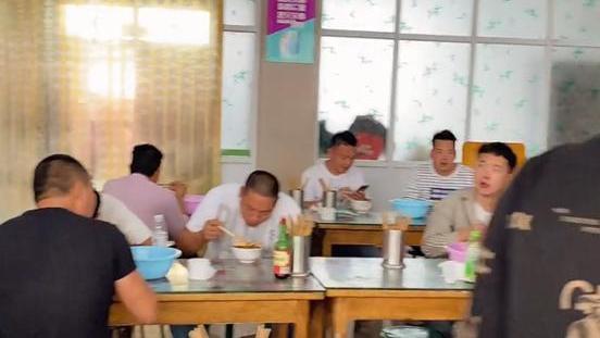 河南小镇美食店,10元一碗牛肉多,辣椒油全省突出