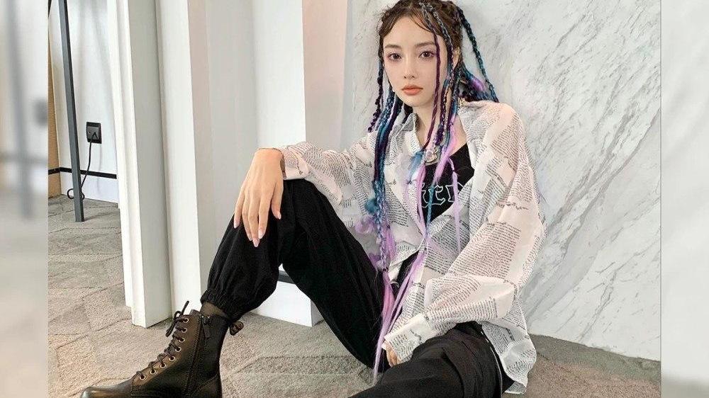 李小璐偏爱酷帅风,深蓝棉服搭粉色卫衣秀美腿,嘻哈街头感满满