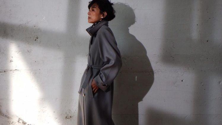 这才是岁月静好的迷人气质!54岁铃木保奈美离婚后更美了,无性别穿搭有别以往