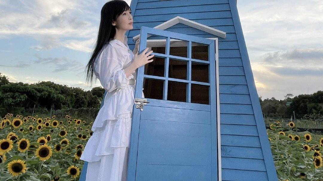 """又被周慧敏折服!穿白衬衫连衣裙甜美温柔,不愧是""""玉女掌门人"""""""