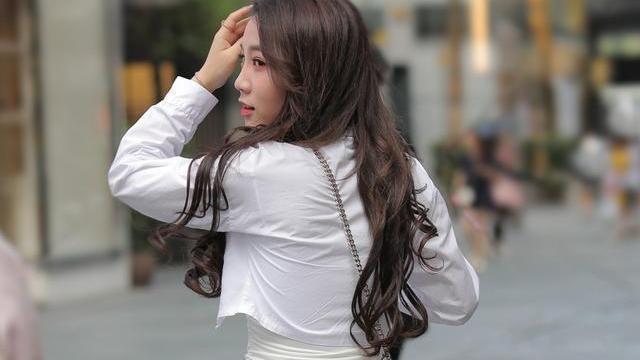 丰润多姿的连衣裙美女,尤其是肩部线条流畅,时髦凉快
