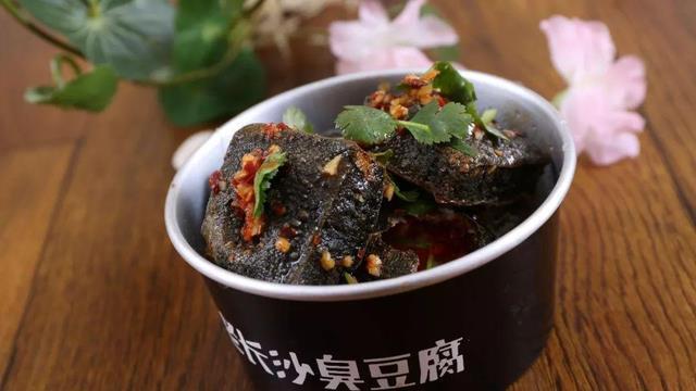 舌尖上的美食之臭豆腐和口味虾,吃正宗的还是湖南,香臭无比