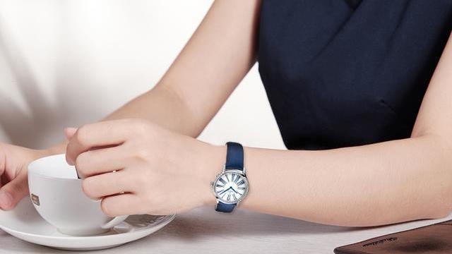 """与蓝气球相比,佩戴腕表还是选""""撞表少""""的欧米茄女款名典""""香"""""""