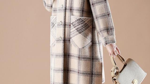 奔五女人秋冬这么穿就是漂亮:水貂绒外套+高领针织裙,走哪都美