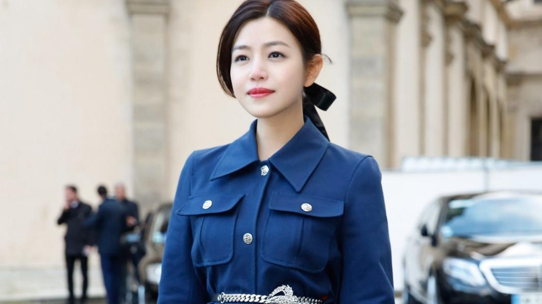 圆脸要穿v领,腿型好看要穿短裙,奔四的陈妍希,美得像初恋