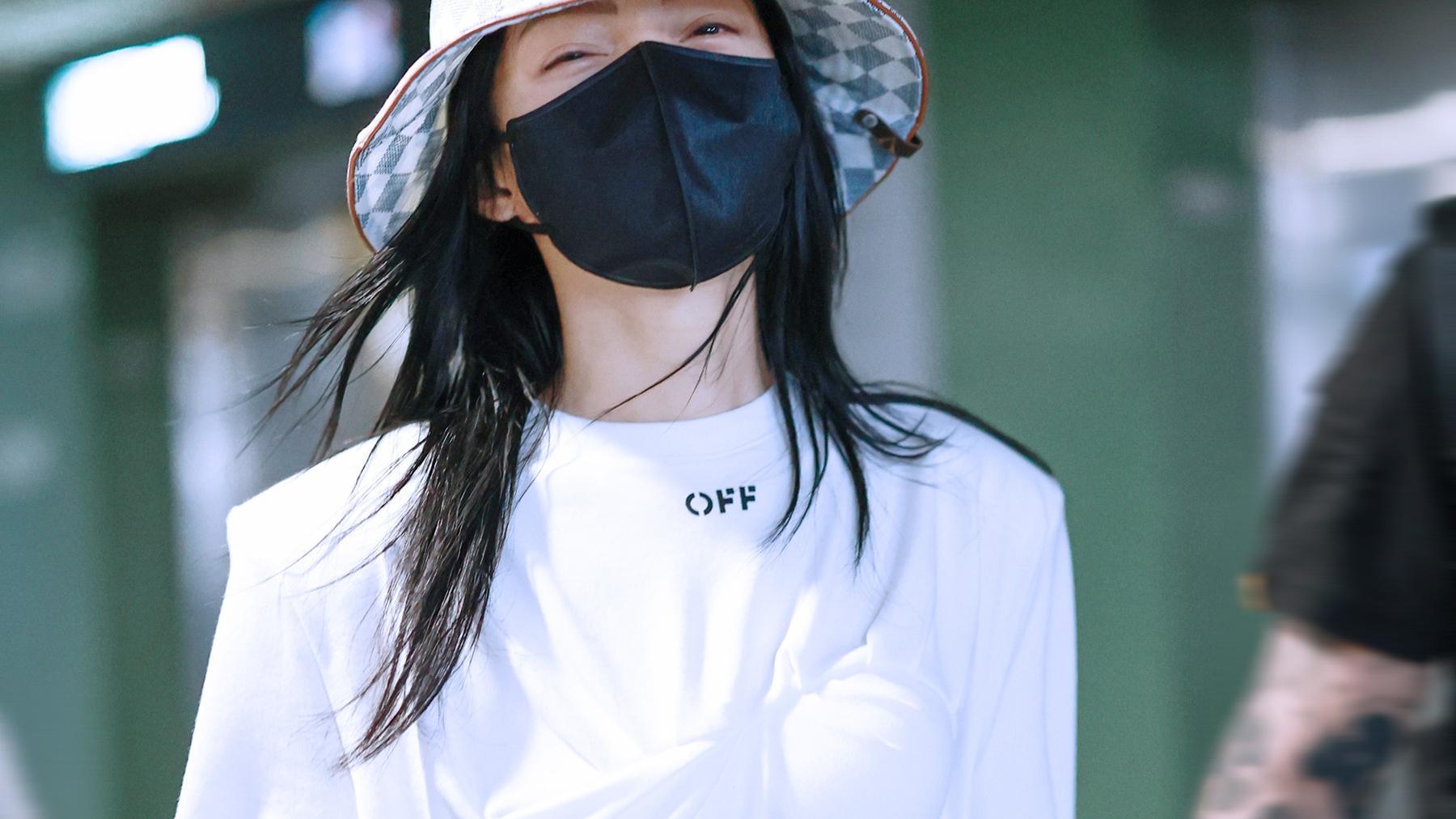 张韶涵机场造型,穿不规整内衣款T恤,网友:太敢穿!