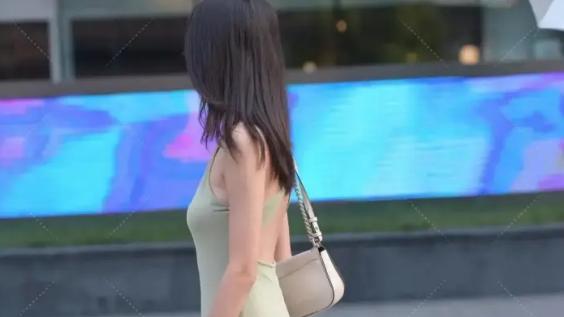 浅青色挂脖长裙搭配白色帆布鞋,看起来十分别致