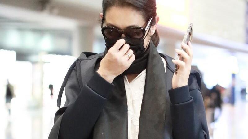 60岁倪萍越来越时髦,短款外套配长款衬衫,比小姑娘都洋气
