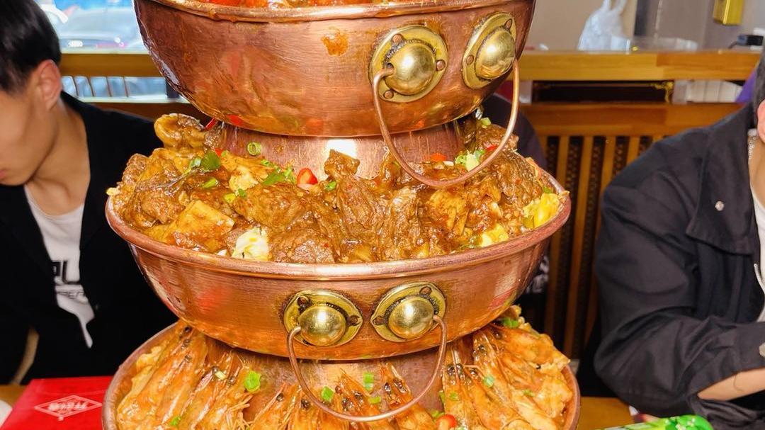 在长春,有一家超级火爆的老佛爷铜炉蛙,吃饭夹菜你都得站着来