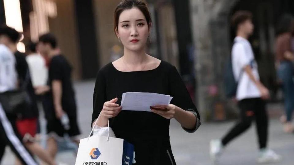 微胖女孩手捧奶茶露出甜蜜笑容,一看包包确定是追不起的人!