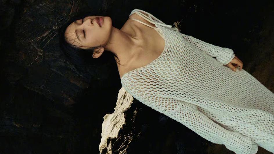 张俪海边写真大片,一件白色渔网连衣裙配长靴,性感又时尚
