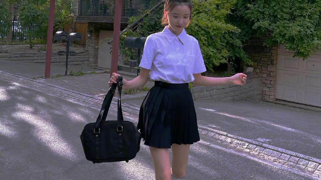 宅男女神林小宅校园风造型,白色衬衫配百褶裙,校服女孩青春活力