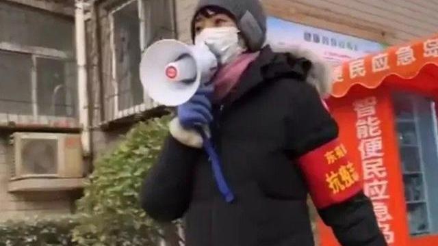 央视主持方琼当志愿者,穿加拿大鹅羽绒服配棉鞋,喇叭喊话好卖力