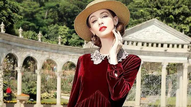 谢杏芳气质好到没得挑,穿大红裙配黑色打底袜,不俗反而很洋气