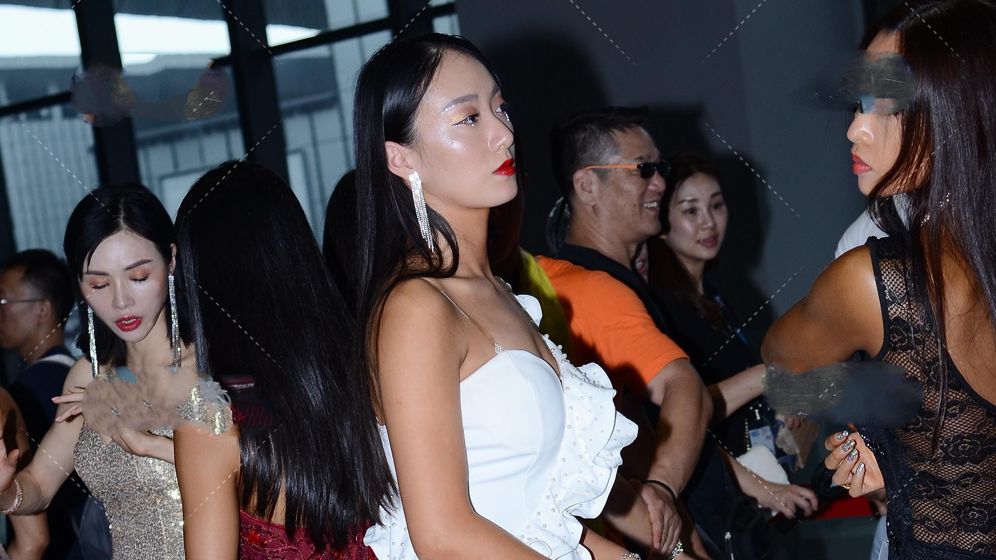 白色单肩花边礼服,还使用了开叉设计,让服饰显得更加正式成熟
