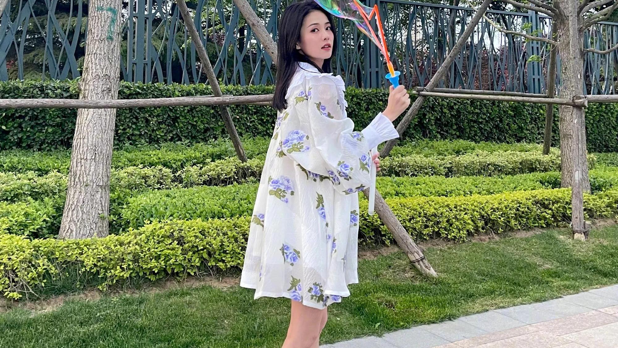 白鹿这次穿搭这么温暖?穿白色娃娃玫瑰裙,尽显宫廷风的公主范