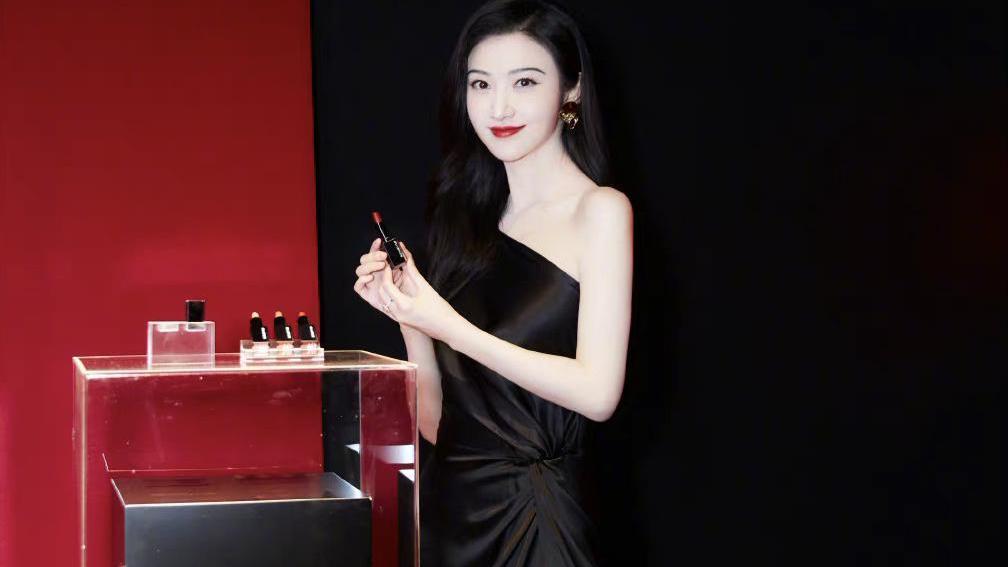 景甜出席某彩妆活动,一袭黑色斜肩高开叉连衣裙,简约性感