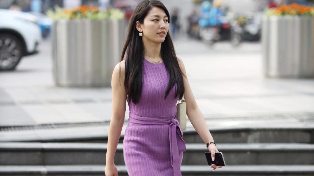浅紫色棉麻针织长裙,穿出夏季清凉优雅的美,修身显瘦落落大方