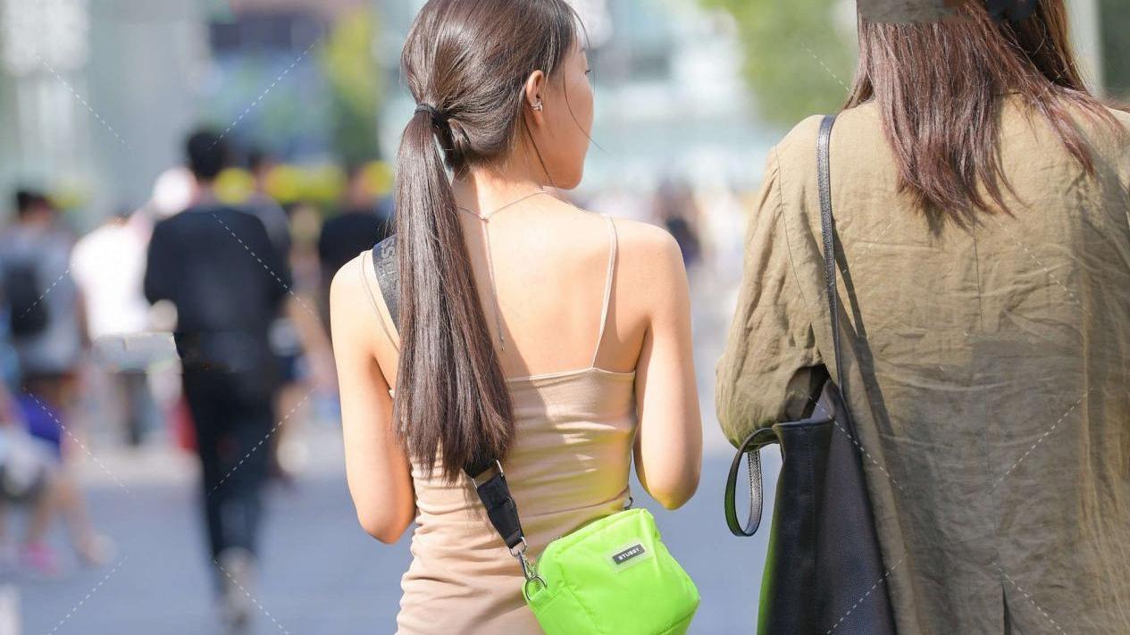 浅卡其色连衣裙,配亮色运动鞋,个性十足