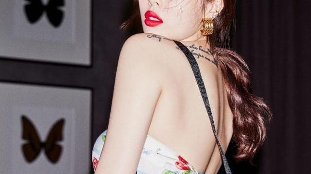 金泫雅晒最新时尚写真,美腿笔直而又纤细,一颦一笑都充满着性感