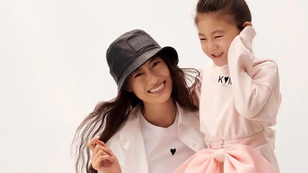 秦舒培带女儿出镜,白西装配渔夫帽时髦干练,脚踩马丁靴更显霸气