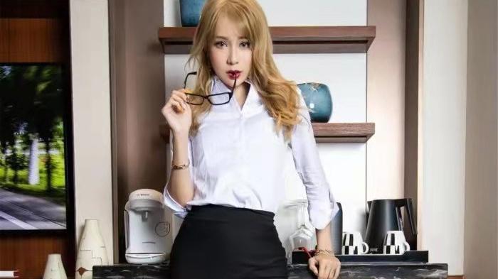 衬衫配包臀裙和丝袜,新时代职业OL装,这样的打扮太吸引人了
