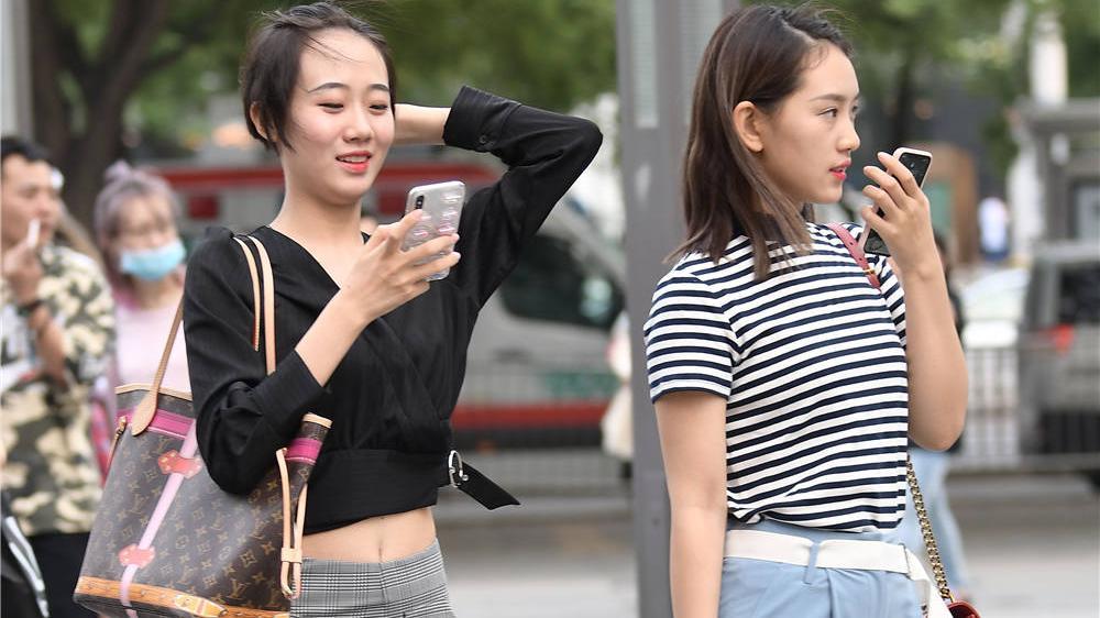 灰色条格喇叭裤,搭配尖头细跟凉鞋,年轻的女生要秀腰腹