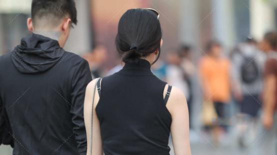 黑色高领无袖连衣裙,单穿或叠穿,均是优雅又温柔