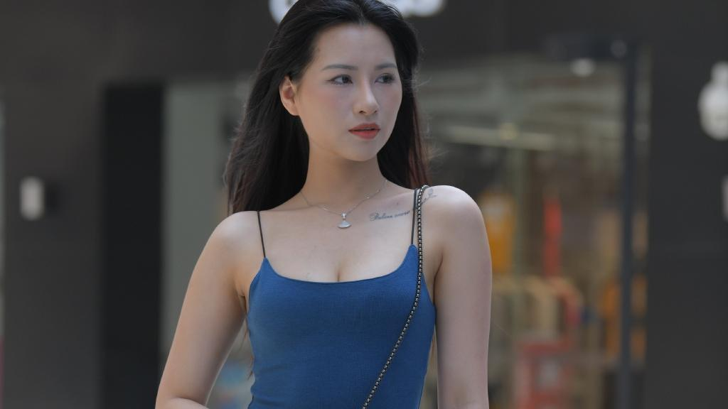 """深蓝吊带裙真""""亮眼"""",搭配透明高跟鞋,乍一看还以为是""""贵妇"""""""