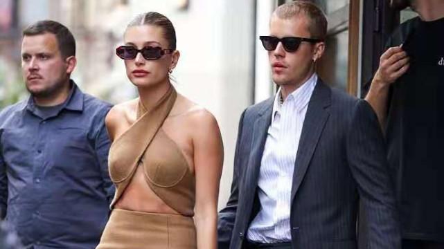 比伯夫妇盛装闪耀亮相!比伯一身西装变帅好多,海莉黑丝绒裙性感