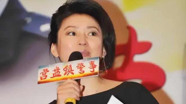 王小丫和张嘉译同框,黑色连衣裙配红丝带好独特,这才是实力女神