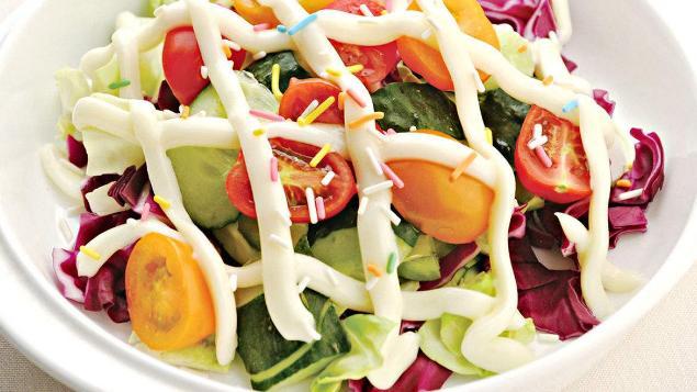 柠檬焙鳕柳,人们是用土豆和脆黄瓜做成的色拉,作这道菜的配菜