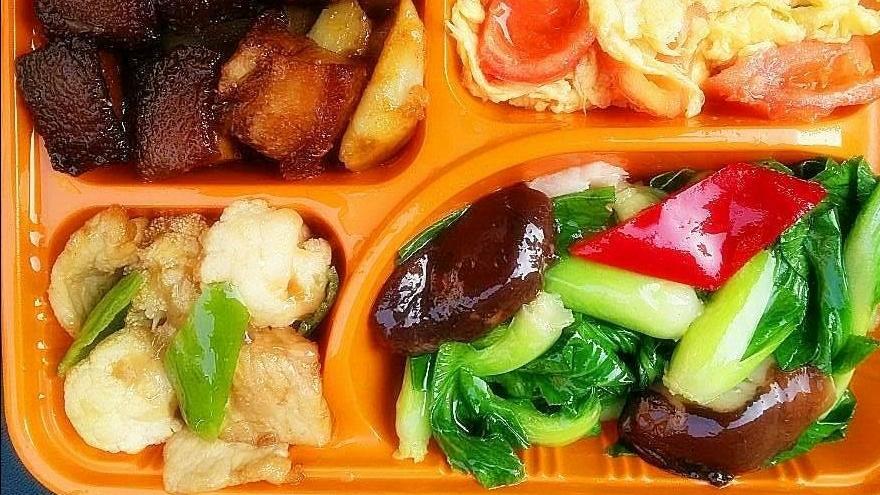 家里有条件,最好中午给小孩送饭去,小孩吃着健康