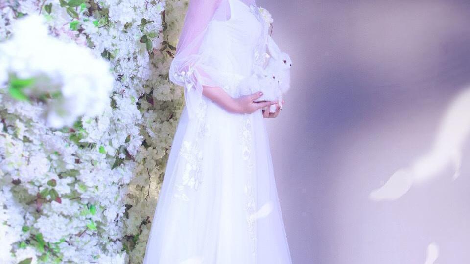 张纪中的小娇妻好温柔,薄纱罩着吊带裙穿,挺显女人味的